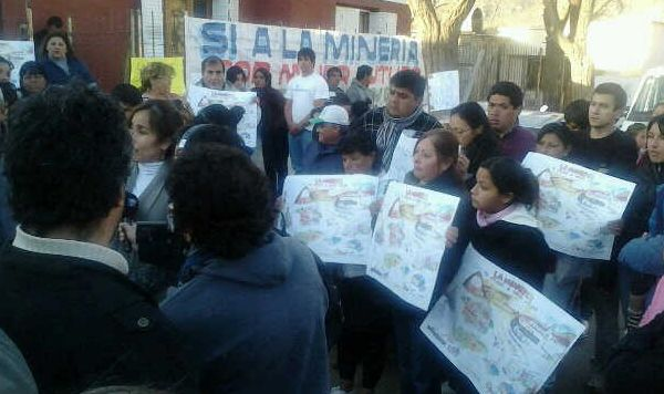 Concentracion de militantes frente a la sede de la diputada Olima